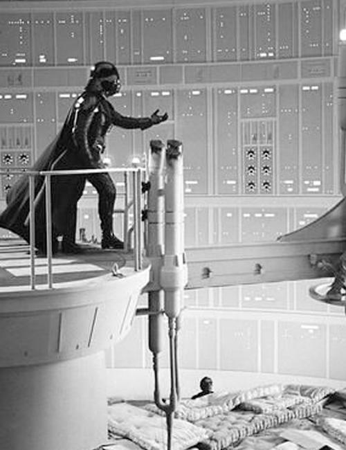 Inilah adegan dimana Luke jatuh setelah mengetahui bahwa Vader adalah ayahnya. Banyak kasur tersedia di bawahnya.